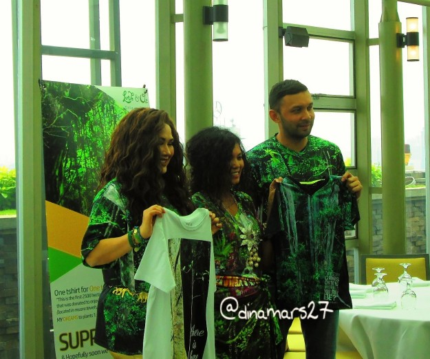 Ibu Delia von Rueti diapit Titi DJ dan Teuku Zacky dalam acara kampanye 1 T-Shirt for 1 Tree di Grand Hyatt Jakarta, 23 November 2016. (foto: dokpri)