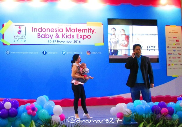 Penjelasan mengenai keunggulan produk baby carrier dari perwakilan I-Angel Indonesia di panggung IMBEX 2016. (foto: dokpri)