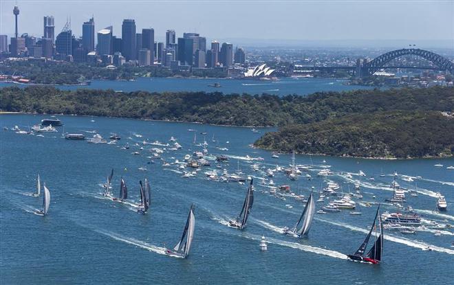 Sydney Hobart yacht race, perlombaan perahu selancar yang dilakukan setiap malam tahun baru, berangkat dari Sydney Harbour menuju kota Hobart di Tasmania. (foto sumber: sail-world.com)
