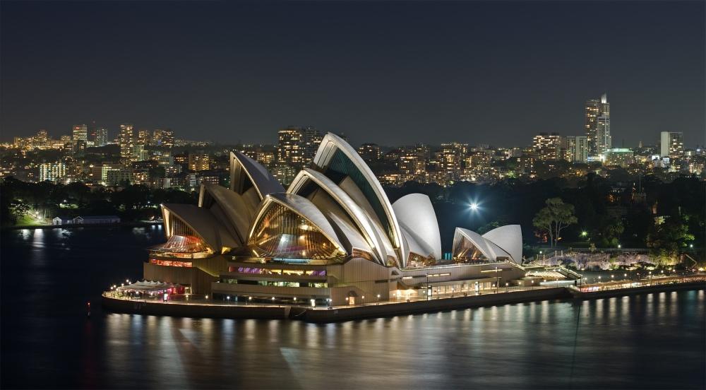Gedung opera yang menjadi landmark kota Sydney, Australia. Berciri khas atap rumah kerang, gedung opera ini menjadi tempat pertunjukan berbagai acara spektakuler seperti balet dan orkestra asal Sydney. (foto sumber: wikipedia.org)