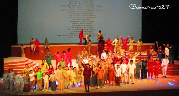Para pemain Drama Musikal Khatulistiwa di akhir pementasan melambaikan tangan kepada para penonton. (foto: dokpri)