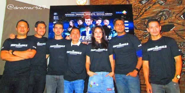 Para pemain film The Professionals bersama sang sutradara, Affandi Abdul Rachman, di acara konferensi pers film tersebut 30 November 2016, The Hook Senopati, Jakarta. (foto: dokpri)