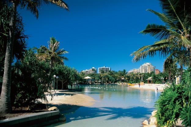 Oasis, atau kolam renang yang bentuknya menyerupai pantai di South Bank Parklands, Brisbane. (foto: dokumentasi TEQ)