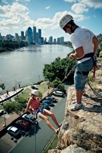 Kangaroo Point Cliff bagi yang suka panjat tebing, juga ada di Brisbane. (foto: dokumentasi TEQ)