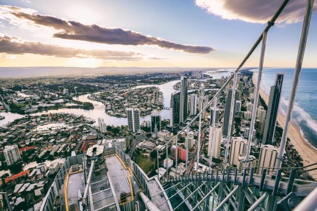 Memanjati Q1 Building di Gold Coast cocok bagi Anda yang suka menantang adrenalin. (foto: dok. TEQ)