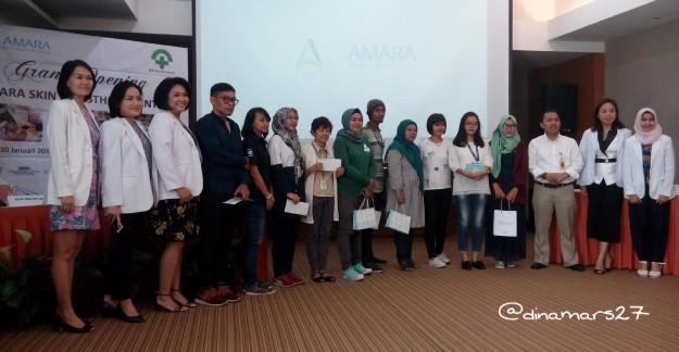 Para wartawan dan blogger yang beruntung mendapatkan hadiah doorprize dari Amara Skin & Aesthetics Center, diapit oleh dokter-dokter spesialis RSIA Bunda. (foto: dokpri)
