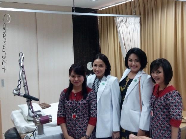 Dokter-dokter spesialis kulit & kelamin: dr.Anggia Primasari, SpKK dan dr.Rachel Djuanda, SpKK (dua di tengah) bersama para staf siap melayani pasien klinik Amara Aesthetcis yang punya masalah dengan kulit. (foto: dokpri)