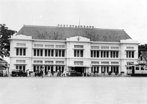 Bank BTN dulunya bernama Postpaarbank yang berpusat di Batavia, sudah berdiri sejak abad ke-19. (foto sumber: Wikipedia.com, By Tropenmuseum, part of the National Museum of World Cultures, CC BY-SA 3.0, https://commons.wikimedia.org/w/index.php?curid=8615683)